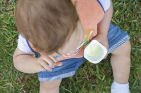 Enfant qui mange un yogourt