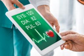 Couverture Medecin Et Patient Consultant Une Tablette
