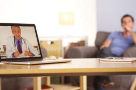 Nouvelle Technologie, patient parle avec son médecin via laptop