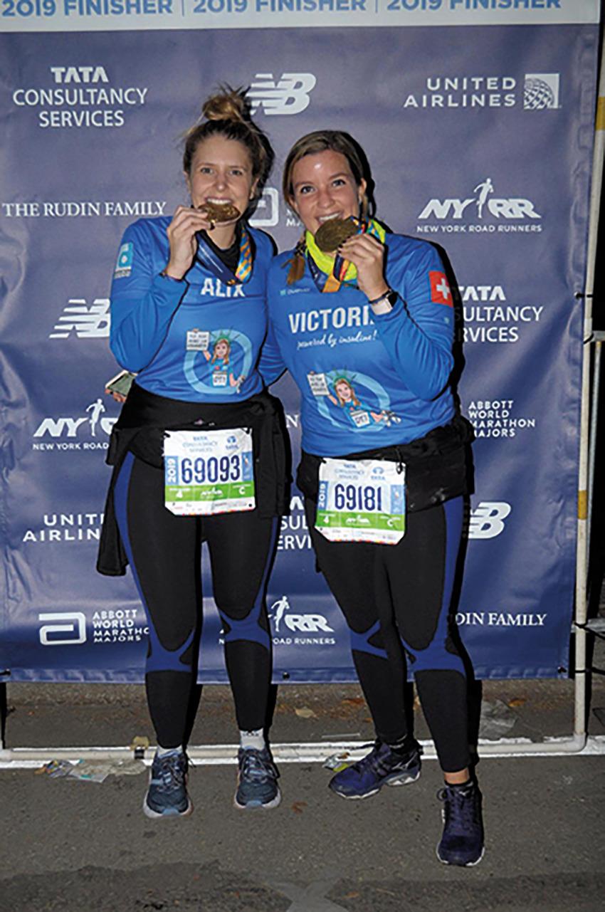 Remise de médailles pour Alix Bourdin et Victoria Chmielewski peu après leur arrivée © FRD