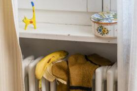 des bananes et des chaussettes sur le chauffage